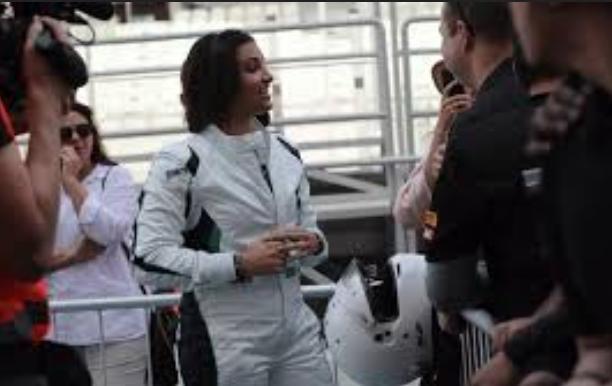 سائقة سعودية شابة تنال شهرة واسعة في حلبات سباق السيارات