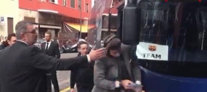 لقطة بيكي الطريفة أثناء خروجه من الحافلة