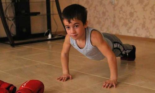 الطفل الجبار.. يحطم حاجز 3000 تمرين ضغط على التوالي