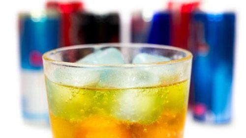 الخبراء يحذرون من مخاطر مشروبات الطاقة على القلب والدماغ