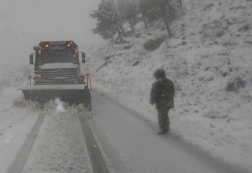 إغلاق العديد من الطرق في الجزائر بسبب الثلوج
