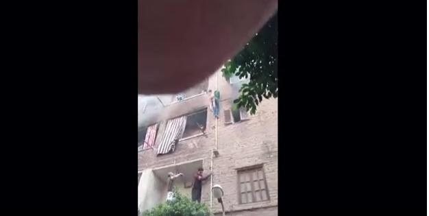 مصري شجاع ينقذ 3 أطفال من حريق
