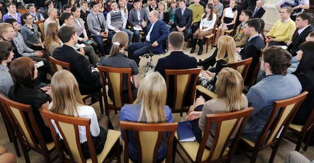 استفتاء: نحو نصف شباب وصبايا روسيا يودون الهجرة