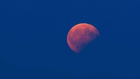 """ظاهرة """"القمر الوردي"""" صورة فلكية ساحرة"""
