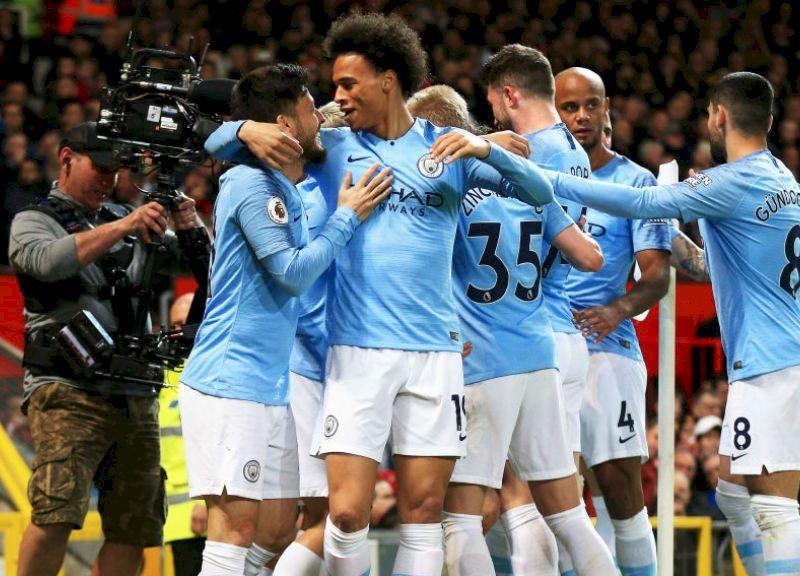 مانشستر سيتي يتغلب على مانشستر يونايتد بثنائية ويتصدر الدوري الإنجليزي