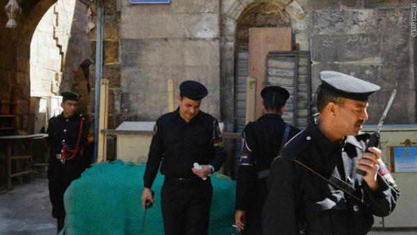 ملاحقة مجهولون في مصر قتلوا ضابط بالقاهرة