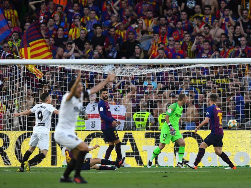 فالنسيا يهزم برشلونة 2-1 ويتوج بكأس ملك إسبانيا