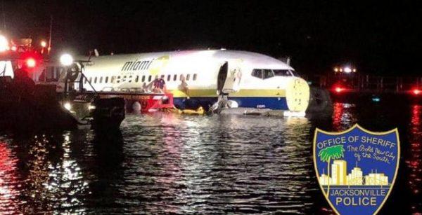 طائرة بوينغ تهبط على سطح نهر.. ونجاة الركاب بأعجوبة