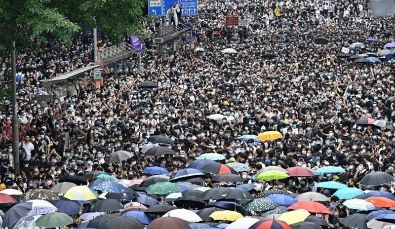 احتجاجات عارمة في هونغ كونغ على المحاكمة في الصين