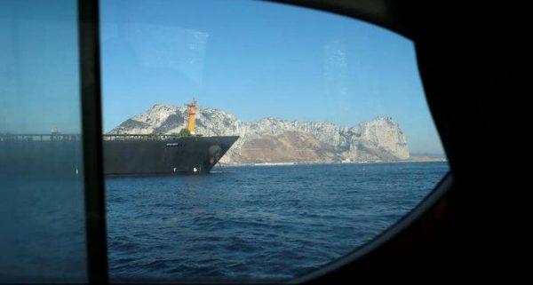 الناقلة الإيرانية في مياه المتوسط تراوغ العالم